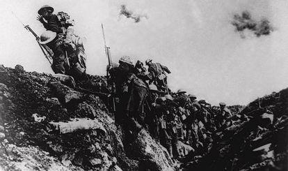 Tropas británicas saliendo de una trinchera durante la Primera Guerra Mundial.