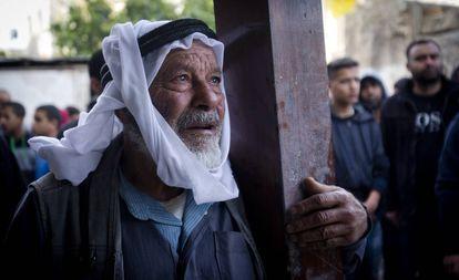 Un hombre contempla con los ojos empañados la demolición por la tropas israelíes de la casa familiar en Al Zawiya (Cisjordania).