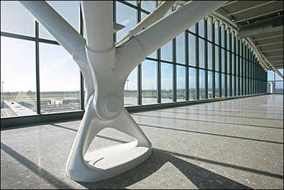 Imagen del interior de la nueva terminal del aeropuerto londinense de Heathrow, diseñada por Norman Foster.