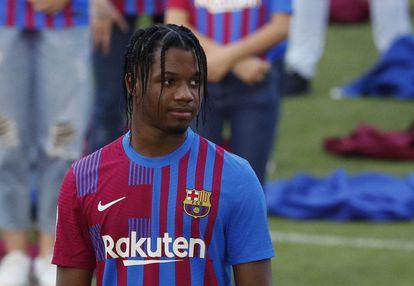 Ansu Fati, con la nueva camiseta del Barcelona en el acto de presentación en el Camp Nou.