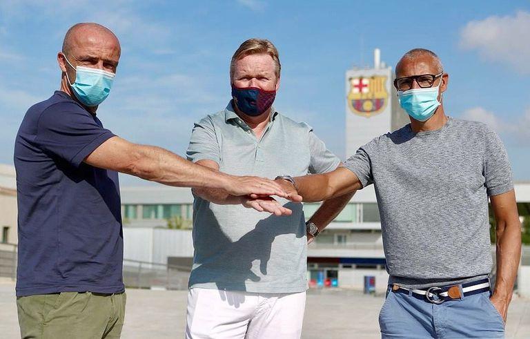 Ronald Koeman posa junto a sus ayudantes Alfred Schreuder y Henrik Larsson en la Ciudad Deportiva del Barcelona.
