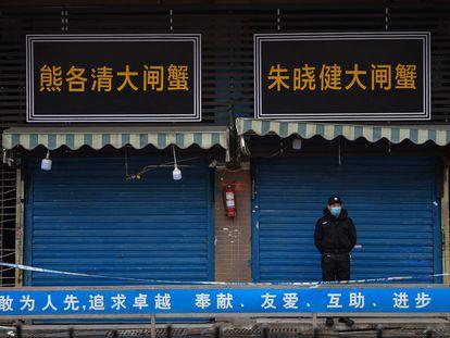 El mercado de Huanan, en Wuhan (China), cerrado en enero de 2020 tras la aparición de la covid-19.