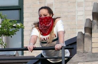La cantante Mariah Carey homenajea a los sanitarios de Nueva York desde su balcón.