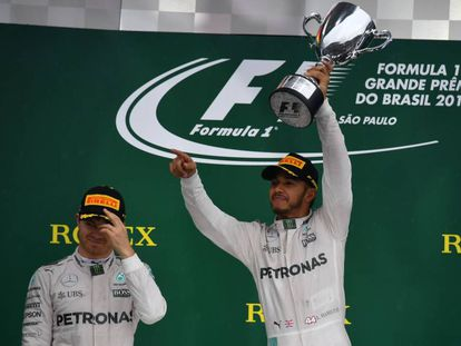 Hamilton celebra la victoria ante Rosberg.