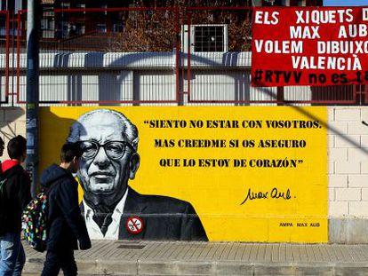 Pancarta de protesta contra el cierre de RTVV en el colegio Max Aub de Valencia.