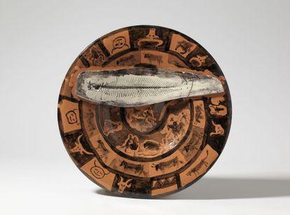 Uno de los 'platos españoles' creado por Picasso con la impronta de la espina del lenguado adosada.