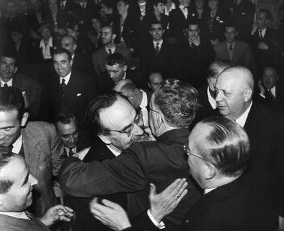 Última reunión del Parlamento de la República en el exilio en Ciudad de México, el 17 de agosto de 1945. A la izquierda, Fernando de los Ríos se abraza con otra persona. A la derecha, Indalecio Prieto y José Giral.