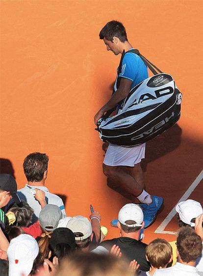 El tenista serbio se retira desolado tras su derrota ante el alemán Kohlschreiber