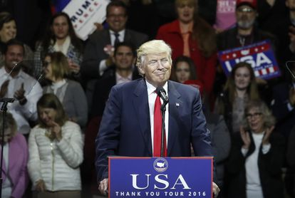 El presidente electo Donald Trump sonríe en un acto post-electoral