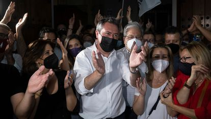 Juan Espadas llega a la sede del PSOE-A en Sevilla, arropado por sus colaboradores, la noche de las primarias, el pasado domingo.