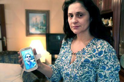 Julia Ordóñez, la mujer de José Antonio Martínez, el segundo espeleólogo fallecido, muestra una imagen de su marido.