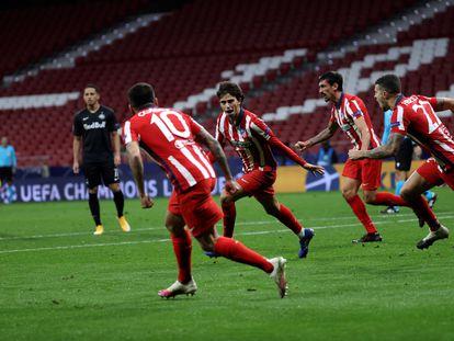 João Felix (c) celebra tras marcar el tercer gol  del Atlético ante el Salzburgo. / Juanjo Martín (EFE)