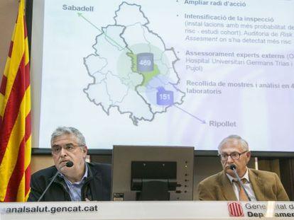 El secretario de Salud Pública, Antoni Mateu, y el jefe de Infecciosas de Can Ruti, Miquel Sabrià, ayer.