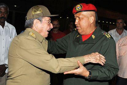 Imagen cedida por Cubadebate donde se ve al presidente cubano, Raúl Castro, despidiendo anoche a su homólogo venezolano, Hugo Chávez, en el aeropuerto de La Habana.