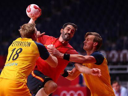 Raúl Entrerríos trata de marcar ante la presencia de dos rivales suecos.