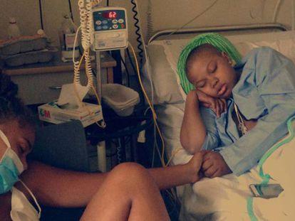 Ivie en una cama del Hospital de La Paz, junto a su hermana Zoé.