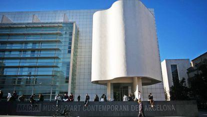 Parte de la fachada principal del MACBA de Barcelona.