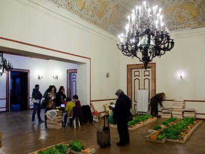 Socios de la cooperativa Frutafeia recogen sus pedidos en el Ateneo de Lisboa.