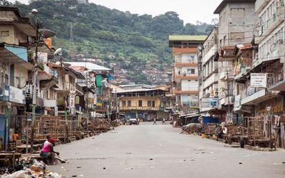Pocas personas en la calle en la ciudad de Freetown, durante el confinamiento de tres días ordenado en algunos barrios afectados por el ébola.