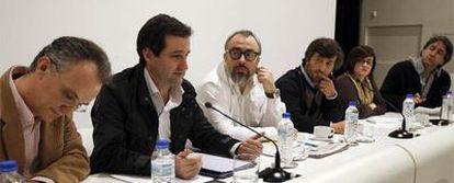 De izquierda a derecha, Julio Alonso, David Cierco, Álex de la Iglesia, César Calderón, Paloma Llaneza y Borja Hermoso, durante el debate de ayer en la sede de El PAÍS.