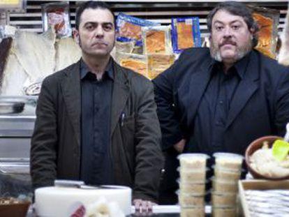 Rafael Metlikovez y Xavier Theros y (a la derecha), en el mercado de Sants