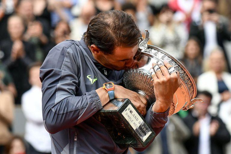 Rafa Nadal besa la Copa de los Mosqueteros que ganó en 2019.