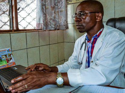 El doctor Joseph Mbuku se conecta a la plataforma Medting en el hospital de Djunang.