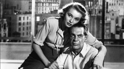Patricia Neal y Raymond Massey en una escena de la película 'El manantial'.