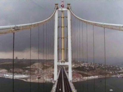 Turquía trata de volver a la normalidad con la inauguración de uno de los mayores puentes colgantes del mundo.