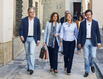 La ministra de Empleo, Fátima Báñez (segunda por la izquierda), acompañada por la presidenta de Castilla-La Mancha y secretaria general del PP, María Dolores de Cospedal,  y los vicesecretarios de Organización, Carlos Floriano (a la derecha) y de Estudios y Programas, Esteban González Pons