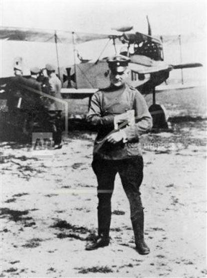 El Barón Rojo junto a su avión.
