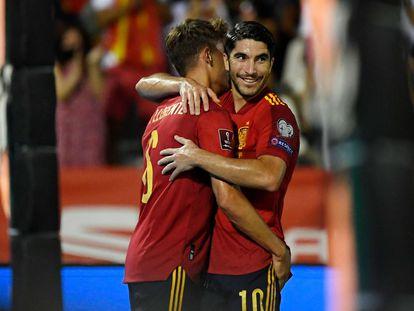 El centrocampista Carlos Soler (derecha) celebra el segundo gol contra Georgia en la eliminatoria del Mundial 2022
