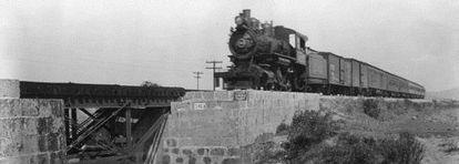 Tren de pasajeros cerca de Irapuato, Guanajuato, en 1926.