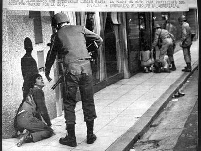 """La represión durante la dictadura militar argentina (1976-1983) es uno de los temas que Juan Gelman trata en el libro """"Hoy""""."""