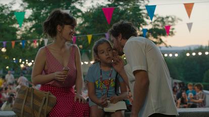 Fotograma de la película La virgen de agosto de Jonás Trueba en el parque de las Vistillas.