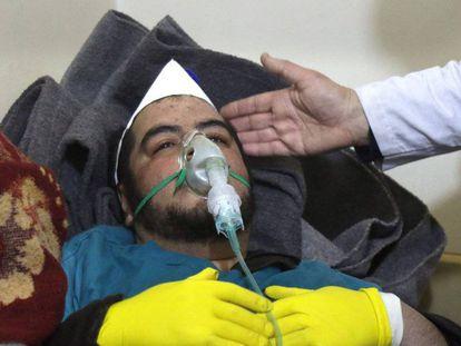 Un hombre recibe tratamiento después de un supuesto ataque con gas sarín en Jan Sheijun el pasado abril.
