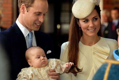 Guillermo de Inglaterra y Kate Middleton, con su hijo Jorge.