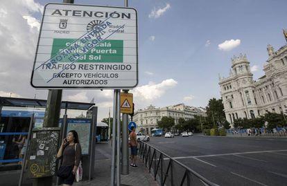 Cartel vertical de restricción de tráfico para Madrid Central instalado ya en la plaza de Cibeles.