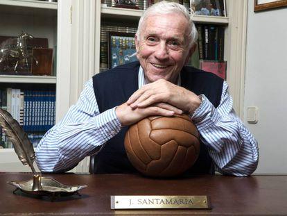 Pepe Santamaría posa para EL PAIS sentado en su escritorio.