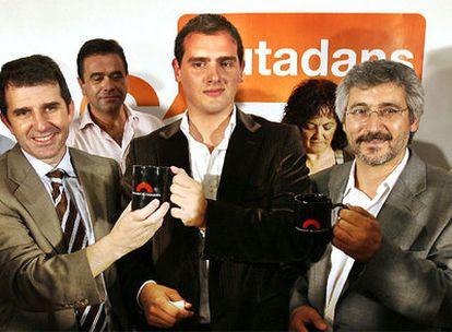 De izquierda a derecha, José Domingo, Albert Rivera y Antonio Robles tras su éxito electoral de 2006.