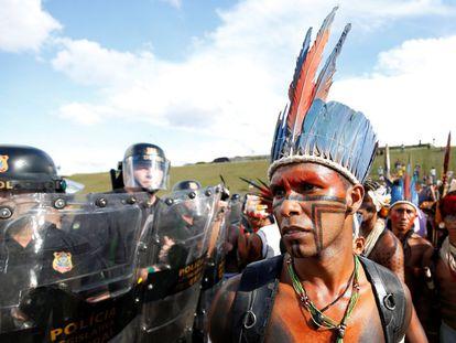 Varias tribus indígenas de Brasilia participan en una manifestación contra la violación de los derechos de sus pueblos. Unos 2.000 nativos se han manifestado esta martes para exigir una mayor celeridad en la demarcación de tierras que reivindican como propias, en una protesta que incluyó breves enfrentamientos con la Policía ante el Congreso.