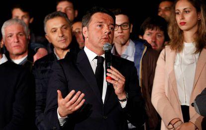 Matteo Renzi durante el discurso de la noche en que ganó las elecciones primariaas del PD.
