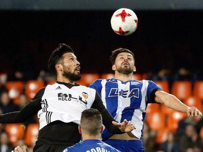 Garay disputa el balón con Maripán.