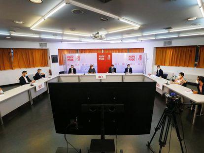 El presidente y secretario general del PSPV, Ximo Puig, con otros cargos socialistas del municipalismo en su encuentro hoy en Alicante.