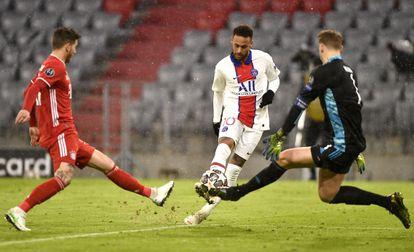 Neymar dispara ante Neuer durante el partido entre el PSG y el Bayern este miércoles en Münich.