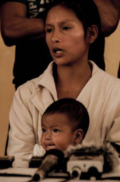 Claudia Chumpi, habitante desplazada de Tsuntsuim, participa en una rueda de prensa en Quito. Esta mujer shuar de 18 años explicó los detalles de su travesía nocturna a través de la selva huyendo de los militares que ocuparon su comunidad.