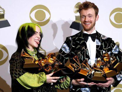 Billie Eilish y su hermano, Finneas O'Connell, con los Grammy. En vídeo, los discursos de aceptación de los cuatro premios más importantes de la noche.