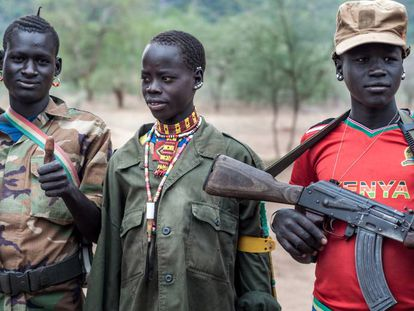 Así luce la realidad en la región sursudanesa de Ecuatoria del Este, en la frontera con Uganda, donde los jóvenes patrullan armados para proteger su ganado.