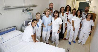 Médicos, enfermeros, auxiliares y limpiadores que trabajaron en la planta sexta con los enfermos de ébola el año pasado.