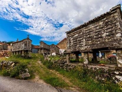 Varios hórreos en la localidad de Muros (A Coruña).